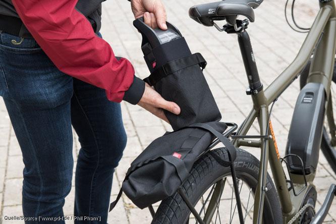 """Die """"Battery Bag"""" von Fahrer Berlin ist als wasserdichte, polsternde One-size-fits-all-Hülle für den häufig mitgeführten Zweitakku konzipiert. Sie kann auf dem Gepäckträger wie auch am Rahmen befestigt werden.  // Quelle: www.pd-f.de / Phil Pham"""
