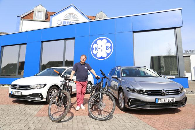 Freude bei Firmenchef Erhard Büchel: Zwei weitere Elektro-Fahrzeuge wurden zugelassen und E-Bikes für die Mitarbeiter in den Fuhrpark eingegliedert. Foto pr ick/ Ruf