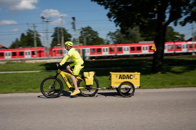 Der ADAC Straßenwacht-Fahrer Florian Fröhmer mit E-Bike samt Autopannenhilfe-Equipment © Phil Pham (www.philpham.de)