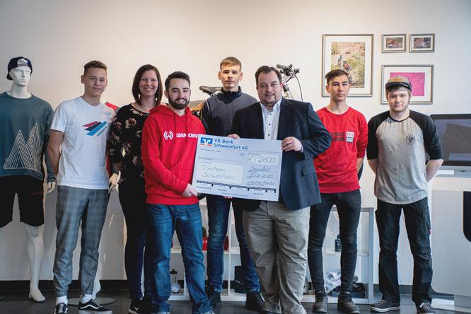 Die Azubis der Winora Group übergeben die Spendenschecks an das Tierheim Schwebheim. Quellen: Philipp Träuptmann / XLC
