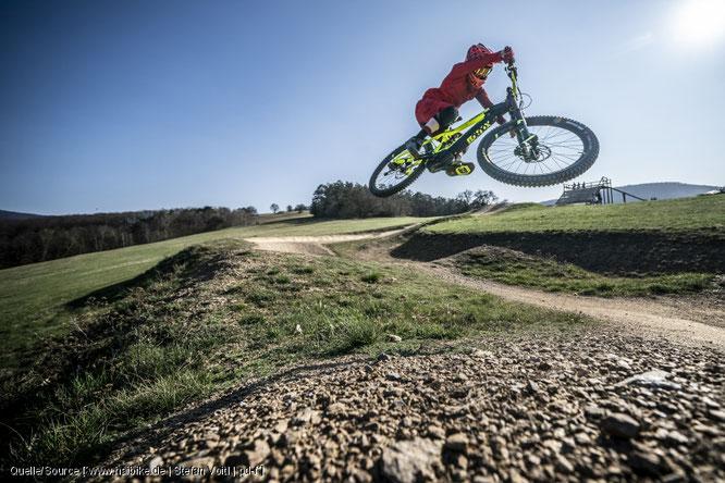 Gebremst wird auch bergauf – Fahrtechnik‐Tipps für E‐Mountainbiker