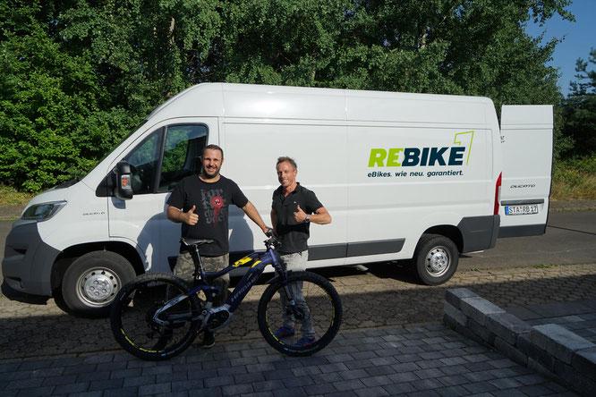 Übergabe des ersten eBikes mit Geschäftsführer Sven Erger, der rechts auf dem Bild zu sehen ist