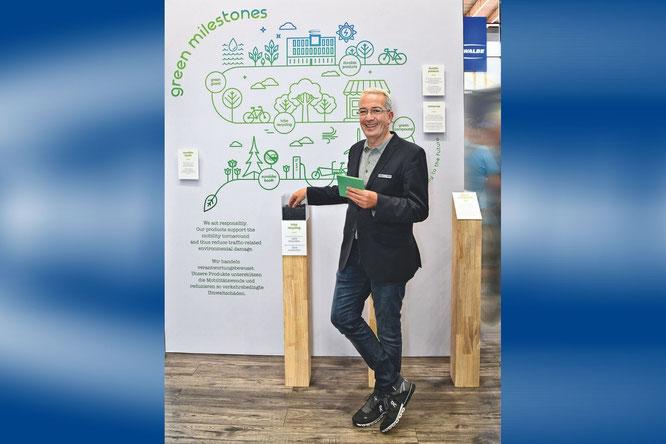 Frank Bohle präsentiert Schwalbes grüne Meilensteine: Vom einzigen Schlauchrecyclingsystem auf dem Markt über nachhaltige Gummimischungen bis zur neuen, nach ökologischen Maßstäben errichteten Logistikzentrale. Foto: Schwalbe/Sabine Kunzer