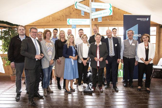 Das Team des TOM e.V. und die Partnerregionen feiern die Eröffnung der Wasser-Radlwege