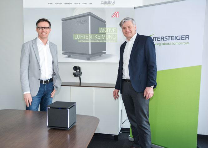 Wintersteiger CEO Dr. Florestan von Boxberg (rechts) und Daniel Steininger (General Manager) präsentieren die Innovation Cubusan - ein aktives Luftentkeimungsgerät, das die Keimbelastung durch Viren oder Bakterien permanent um bis zu 99,99 % reduziert.