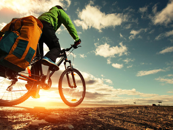 Gut vorbereitet steht dem Fahrradurlaub nichts im Weg. Foto: Debeka/AdobeStock