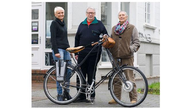 Vera Isigkeit-Klein, Ralf Klagges und Gaby Kalkhoff mit Kalles Pedelec nach Vertragsunterzeichnung vor dem Pedersen Laden in Oldenburg.
