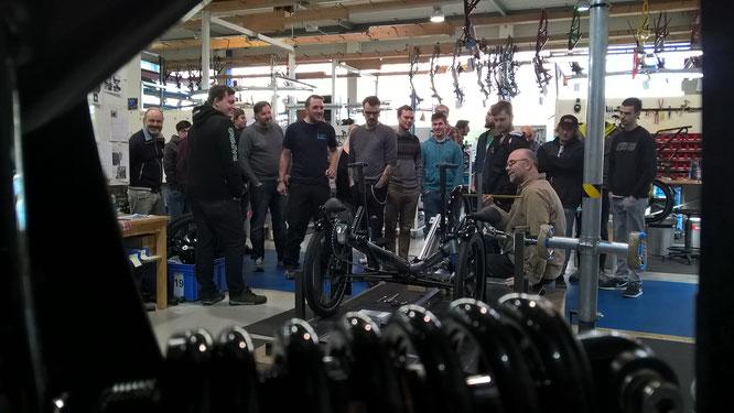"""Der Montagegruppenleiter, Harald Heckman (sitzend), überprüft Spur und Sturz bei einem gerade produzierten """"Scorpion"""". / Foto: HP Velotechnik"""