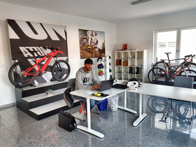© BH Bikes - Brandmanager Dominik im Office