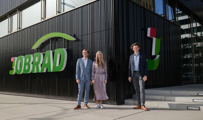 Die JobRad-Gründer (v.l.n.r.) Ulrich und Sandra Prediger sowie Holger Tumat vor der neuen Firmenzentrale in Freiburg.