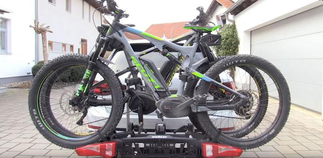 Gut verzurrt: So fahren die Bikes sicher mit  Bild: Velototal mit Heckträger i21 von Uebler