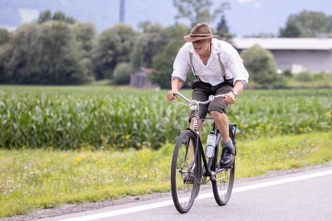 Karl Egger mit seinem 22kg schweren Waffenrad - seine Bestzeit: 3:30h  © Expa Pictures