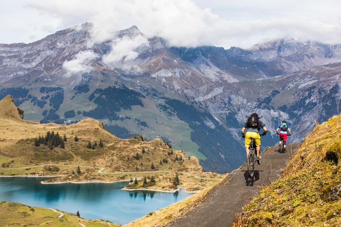 """Auf dem neuen Jochpass-Trail oberhalb von Engelberg/Zentralschweiz testen die Teilnehmer der kostenlosen """"Ride & Safety Days"""" im September 2018 ihre Downhill-Fähigkeiten  // Bildnachweis: Engelberg-Titlis Tourismus/Fotograf Oskar Enander"""