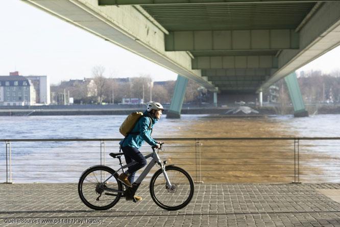 In der Stadt sportlich unterwegs sein, gut vorankommen trotz Verkehrsinfarkt, Bewegung statt Ölsardinenfeeling: alles gute Beweggründe zum Umstieg auf das Fahrrad.