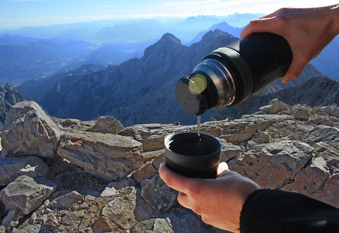 Getränke bleiben in der Mountain Beverage Bottle bis zu 24 Stunden wohltuend heiß oder erfrischend kalt.