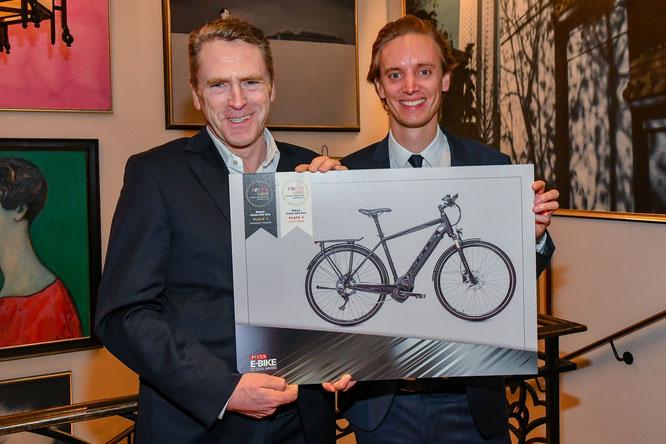 Franz Tepe (links) und Hendrick Gehring freuen sich über die Auszeichnung für das BULLS Cross lite EVO als schönstes E-Bike beim ersten FOCUS E-Bike Award. / Foto: Eva Oertwig