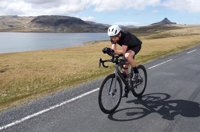 Abenteurer und Alltagssportler Jake Catterall versucht Weltrekord mit dem Rad rund um Island ©ODLO