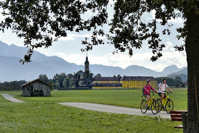 Der Innradweg vorbei am Kloster Reisach (c) Tourist Information Oberaudorf, Jürgen Amann