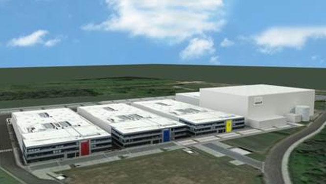 Das Bild zeigt das neue Gebäude Nr. 3 mit Produktionsfläche und Büroarbeitsplätzen sowie das neue Logistik-Center (rechts) am Standort Karlstein.