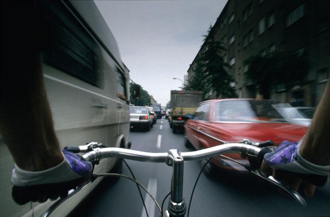Radfahrer zwischen Autos in der Stadt / ©Volksentscheid Fahrrad/Norbert Michalke
