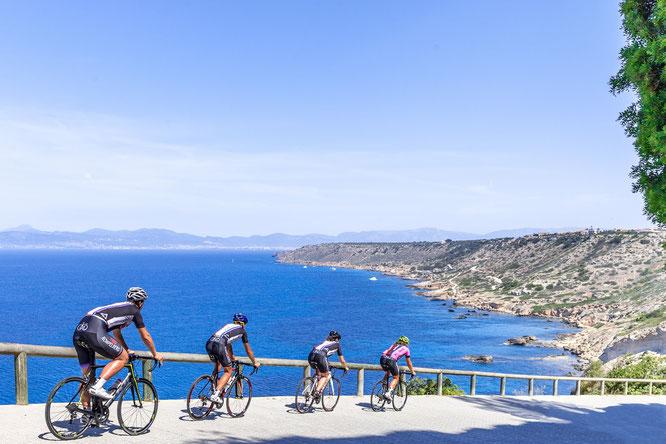 Auf Mallorca radeln Urlauber mit Meerblick – spezielle Radsportpakete gibt es für Gäste der Grupotel Hotels & Resorts. Bildnachweis: Willem de Flart