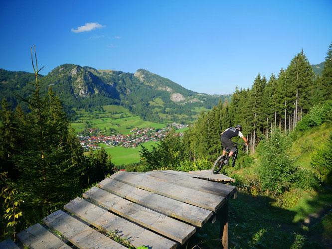 Der Bikepark Hindelang ist in die Saison gestartet: Vier Abfahrten mit insgesamt neun Freeride-Kilometern stehen Bikern zur Auswahl. Die Strecken unterscheiden sich in ihren Schwierigkeitsgraden. Foto: Hornbahn Hindelang
