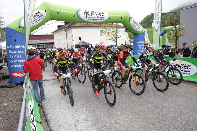 Zwischen 9 und 10 Uhr sind knapp 700 Teilnehmer des MTB-Marathons in Achenkirch in Startblöcken auf drei unterschiedliche Strecken gestartet. Foto: Sportograf