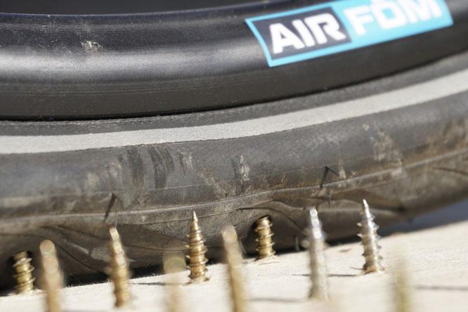 Wenn der Reifen platt ist, macht das Radeln nicht mehr viel Spaß. Das taiwanische Unternehmen Air Fom bietet eine Lösung für luftlose Reifen, die stattdessen mit einem expandierten TPU von Covestro gefüllt sind. Bild: Air Fom