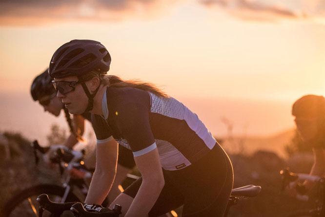 Lassen sich Weiblichkeit und Performance vereinen? Ja, in der Kombi Volo von Santini Cycling Wear