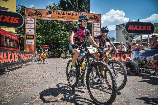 Sieg von Danièle Troesch und ihrer Teampartnerin Lorenza Menapace bei der diesjährigen Transalp ©tomotion gmbh