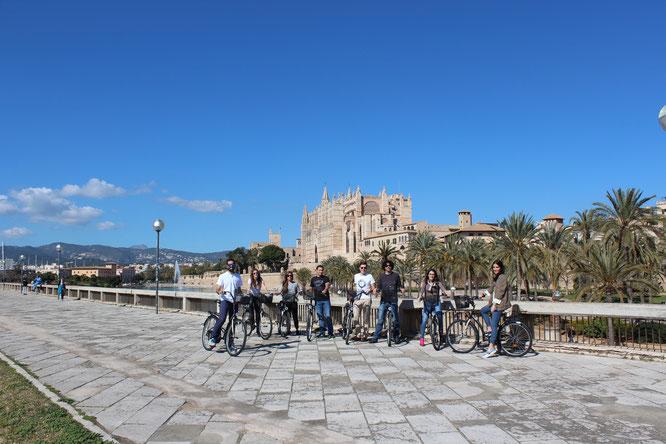 """Auf zwei Rädern durch Palma – Gäste des Hotel Cort erkunden bei der Stadtführung """"Palma Old Town + Tapas"""" Mallorcas Hauptstadt per Rad. Bildnachweis: CALL AND RIDE S.L"""