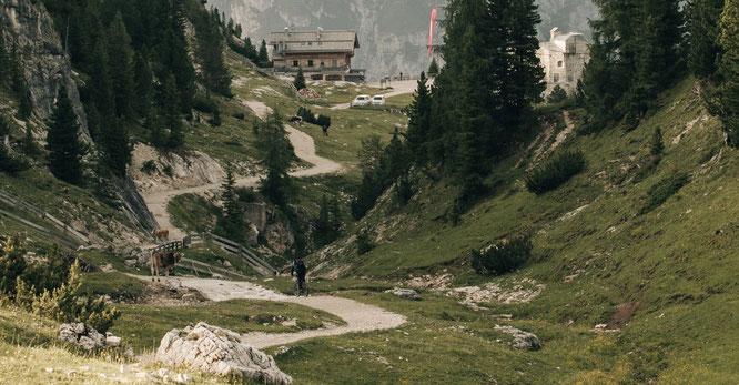 Für ein emissionsfreies Naturerlebnis fahren Gäste des Südtiroler Naturhotel Leitlhof mit dem E-Bike zum Startpunkt ihrer Wanderung in den Dolomiten. Bildnachweis: Rabensteiner Mike