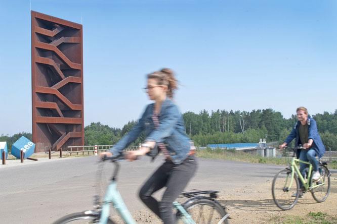 """Radfahrer am Aussichtspunkt """"Rostiger Nagel"""". Foto: Tourismusverband Lausitzer Seenland, Nada Quenzel"""