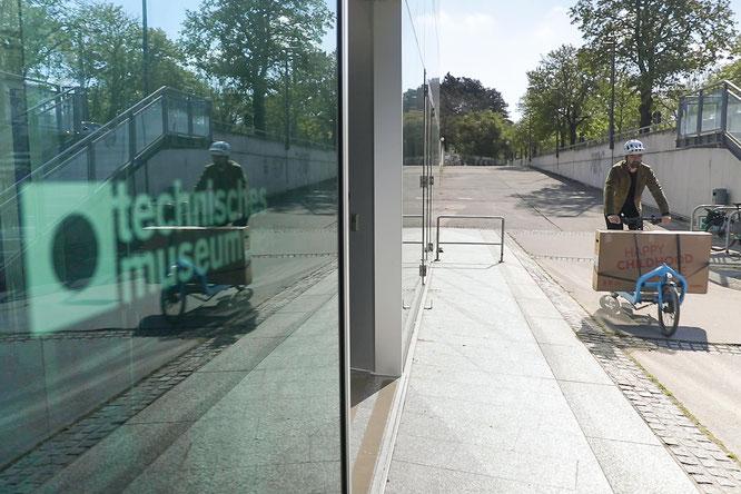 woom CEO Christian Bezdeka radelt mit dem Lastenrad zum Technischen Museum.