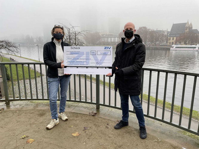 Petra Dowidziak, Botschafterin Radeln ohne Alter Frankfurt e.V. / David Eisenberger, Leiter Marketing & Kommunikation ZIV