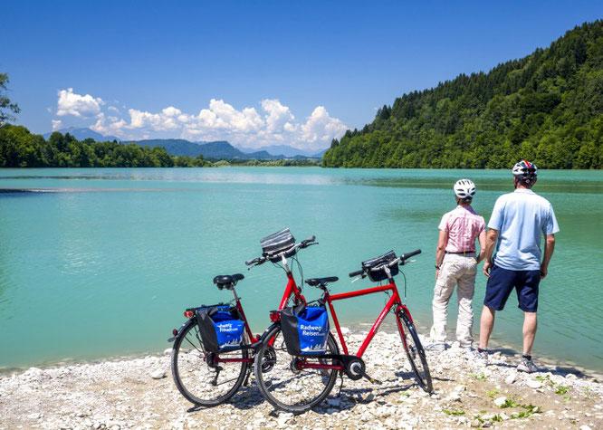 Bei der Radtour durch die Kärnter Seenwelt des Veranstalters Radweg-Reisen können die Reisenden ihre Pausen am oder im türkisfarbenen Wasser der Bergseen verbringen.