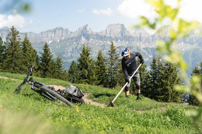 DIY - Mit René Wildhaber an einem neuen Trailabschnitt bauen. © Bergbahnen Flumserberg AG