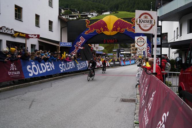 Zielsprint um den zweiten Platz: Leopold vor De Marchi  ©www.oetztaler-radmarathon.com