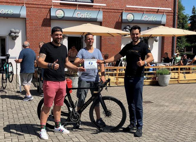VELO. Inhaber Martin und Marius Duscha mit STORCK Bicycle Geschäftsführer Dr. Todor Lohwasser bei der Eröffnungsfeier am 17.07.2021