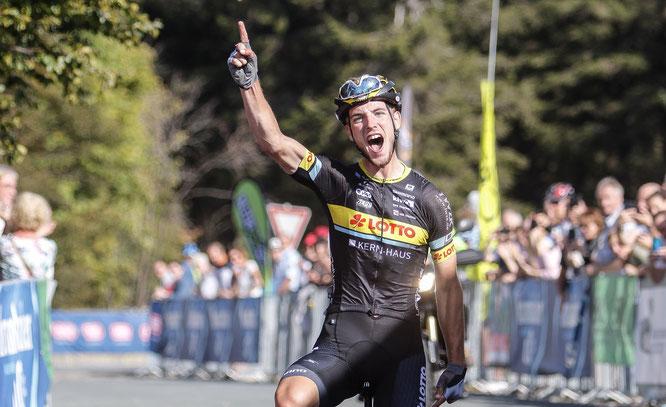 Jonas Rutsch jubelt über seinen Sie bei der 4. Sauerland-Rundfahrt. Was folgte, war ein Profivertrag beim WorldTour EF Education First und die Teilnahme an der Tour de France in diesem Jahr. Fotoquelle: Robert Möller