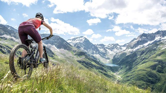 Tausche Aufstieg gegen Aussicht – das sommerliche St. Anton am Arlberg/Tirol steht für alpines Naturkino und authentische Bergsporterlebnisse für jeden Anspruch  Bildnachweis: TVB St. Anton am Arlberg/Fotograf Patrick Bätz