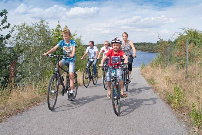 Die autofreien Seerundwege im Lausitzer Seenland sind perfekt für eine Familienradtour. Bildnachweis: Tourismusverband Lausitzer Seenland, Nada Quenzel
