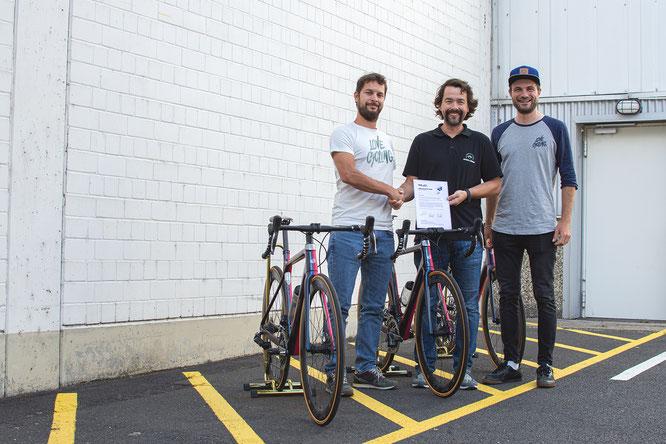 XLC Global Brand Manager Burkard Schuster bei der Übergabe der Bikes