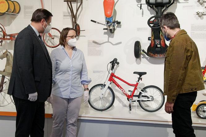 Aufreiter, Ebert und Bezdeka bewundern das neue Exponat - Das 500.000ste woombike wird Ausstellungsstück im Technischen Museum Wien.