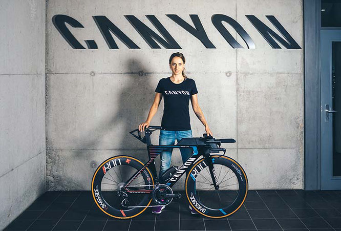 Voller Motivation in die neue Saison: Laura Philipp mit ihrem neuen Canyon Speedmax WMN CF SLX / Foto: Canyon Bicycles