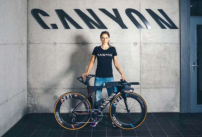 Voller Motivation in die neue Saison: Laura Philipp mit ihrem neuen Canyon Speedmax WMN CF SLX / Foto: Canyon Bicycles