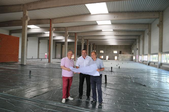 Gemeinsam die neue Produktionsstätte geplant: Firmeninhaber Erhard Büchel, Geschäftsführer Ullrich Blanc und Dipl.Ingenieur Norbert Brenn (v.lks.)