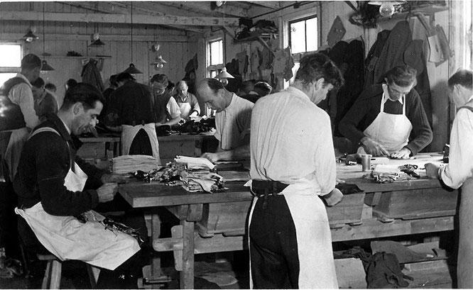 Handschuhe waren in der Vergangenheit Luxusartikel, die entsprechend hohe Qualität hatten und von wirklichen Spezialisten in mühevoller Arbeit, wie hier 1949 im Pidinger Werk von Chiba, angefertigt wurden.