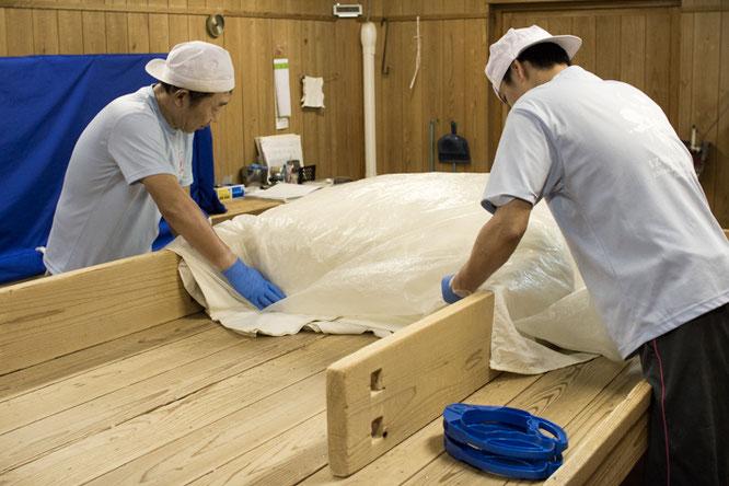 最後に板を四方に立てて米を囲い、ビニールをかける。次は翌朝の「盛り」!