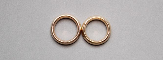 Zwei Ringe aneinander gelegt, ergeben – eine liegende Acht – das Unendlichkeitzeichen.